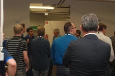 Geschäftsführer Lutz Gärtner erläutert die Produktionsabläufe bei der BHKW-Herstellung einschließlich der erfolgten Prozessoptimierungen.