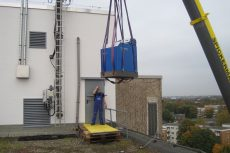 Das ASV40 erreicht per Kran das Dach des Terrassenhauses.