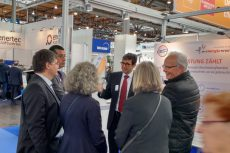 Lutz Gärtner erläutert Mitgliedern der SPD-Ratsfraktion die Wirkungsweise der KWK und die besonderen Eigenschaften der Energiewerkstatt BHKW