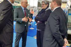 Hannover Messe: Frau Tegtmeyer-Dette im Gespräch mit den Geschäftsführern von Energiewerkstatt