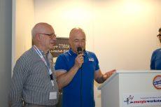Geschäftsführer Lutz Raugust zusammen mit Überraschungsgast Heiner Menzel, dessen ASV 12/32 als erstes BHKW von Energiewerkstatt 1987 in Betrieb genommen wurde.