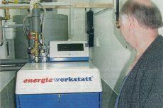 Rainer Ortmann im Keller seines Landhotels vor dem BHKW von Energiewerkstatt (Quelle: Regionalzeitung Bad Endbach)