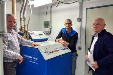 Begutachten das neue Energiewerkstatt-BHKW ASV 21: Die Haustechniker Herr Heinrich und Herr Sommer sowie der Geschäftsführer Karl-Heinz Ernst (v.l.n.r.).