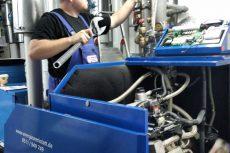 EW-Servicetechniker bei der Inbetriebnahme des neuen BHKW