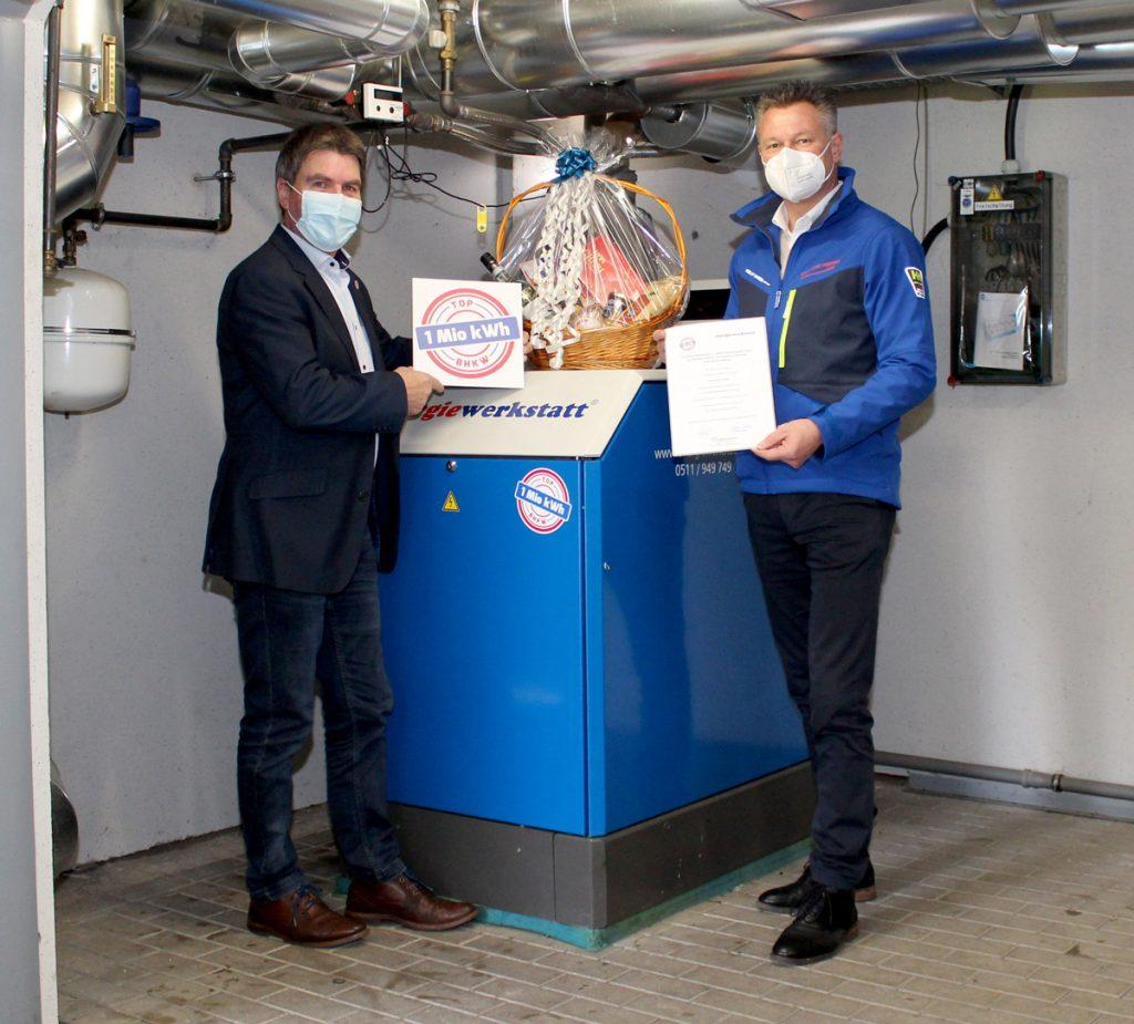 Wolfgang Schröder (links) von Energiewerkstatt und Marc Schmidt (Stadtwerke Herford GmbH) vor dem 1 Mio-BHKW ASV 21.